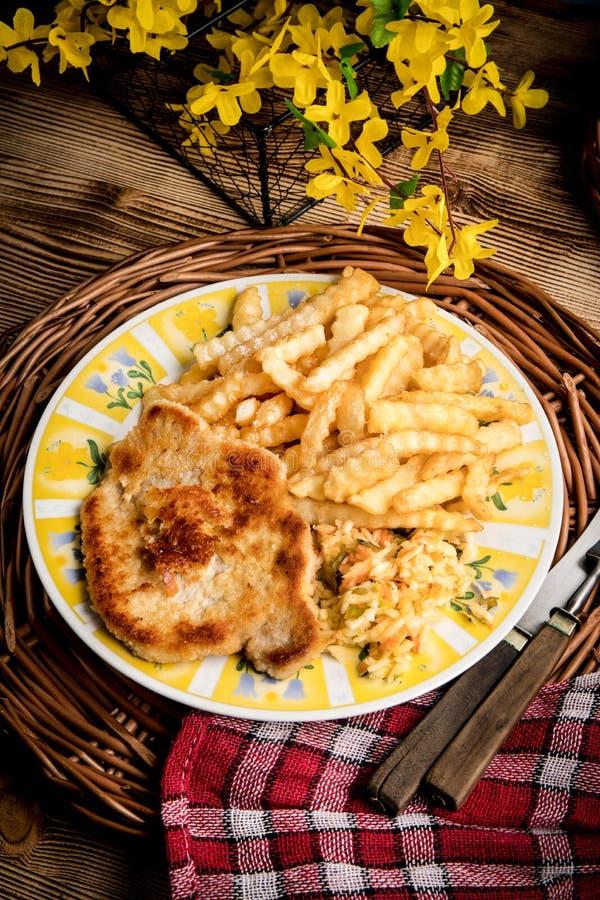 Chop de porc, frites et légumes photo libre de droits