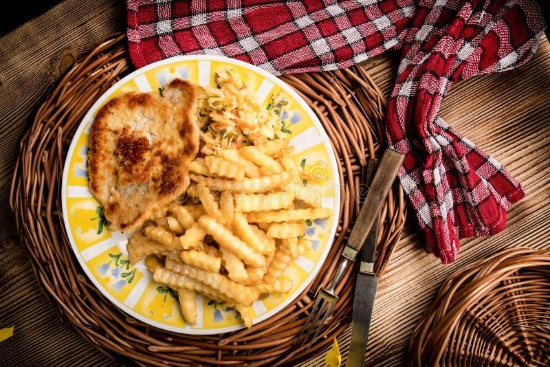 Chop de porc, frites et légumes images libres de droits