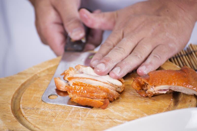 Choping Brathähnchen des Chefs für das Kochen der Nudel lizenzfreies stockfoto