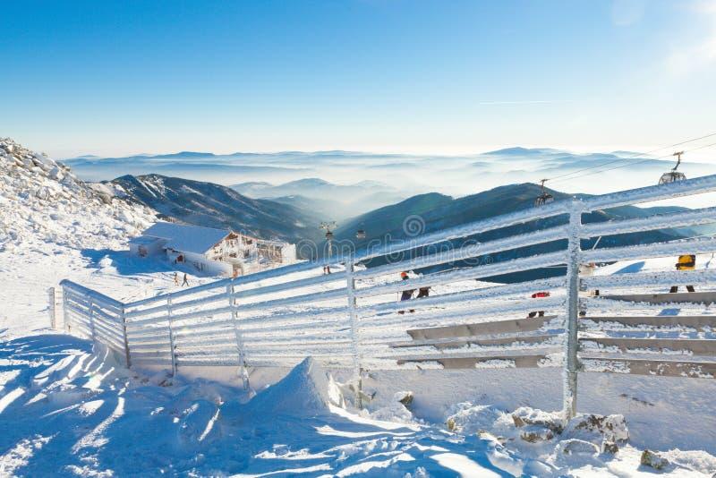 CHOPOK, СЛОВАКИЯ - 12-ОЕ ЯНВАРЯ 2017: Загородка покрытая сильным снегопадом на солнечный день после тяжелой вьюги на горе Chopok, стоковые изображения rf