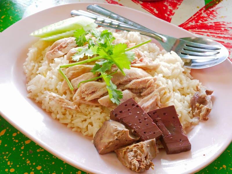 Chopped ha bollito il pollo sopra aglio ha cotto a vapore il riso bianco Kao Mon Kai fotografia stock libera da diritti