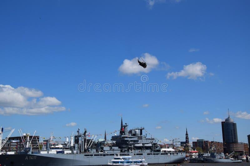 Chopper Rescue Show bij St pauli-Landungsbrucken, Hafengeburtstag - de Viering van de Havenverjaardag in Hamburg, Duitsland stock afbeeldingen