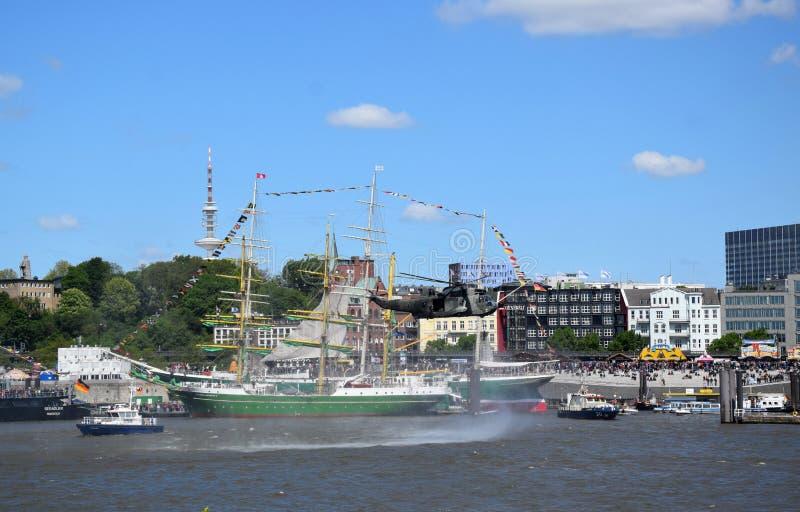 Chopper Rescue Show bij St pauli-Landungsbrucken, Hafengeburtstag - de Viering van de Havenverjaardag in Hamburg, Duitsland royalty-vrije stock fotografie