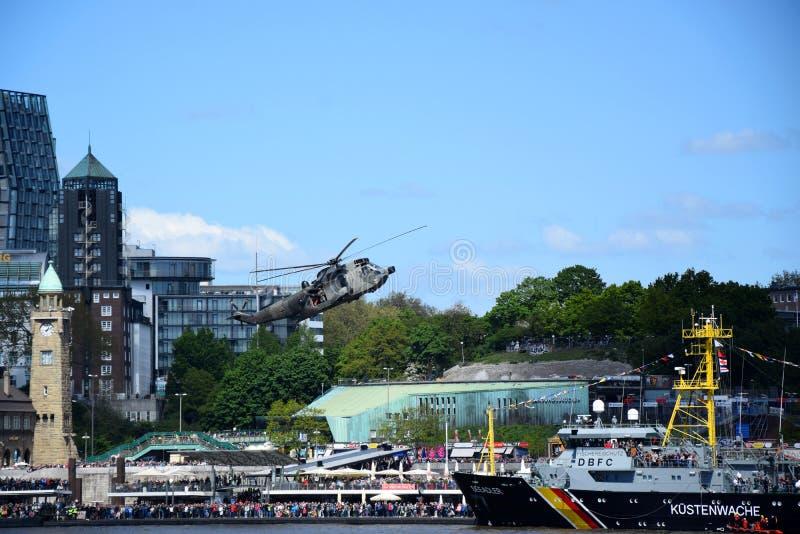 Chopper Rescue Show bij St pauli-Landungsbrucken, Hafengeburtstag - de Viering van de Havenverjaardag in Hamburg, Duitsland stock foto's