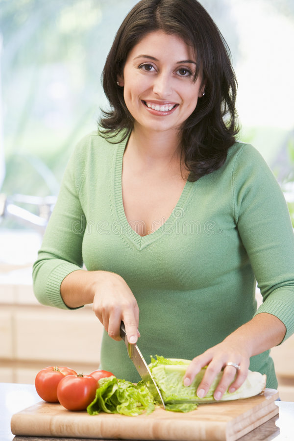chopping vegetables woman στοκ εικόνες