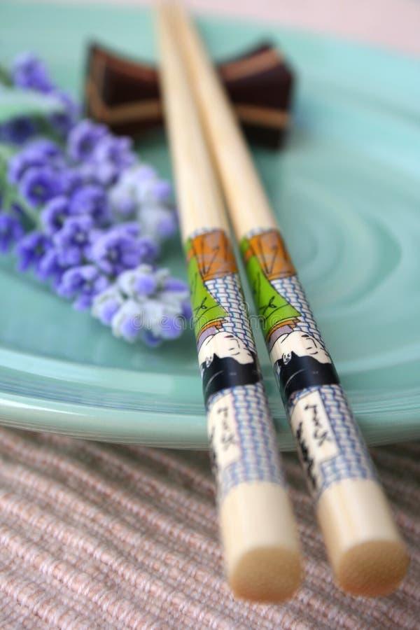 Chopstick, placa & alfazema imagem de stock royalty free