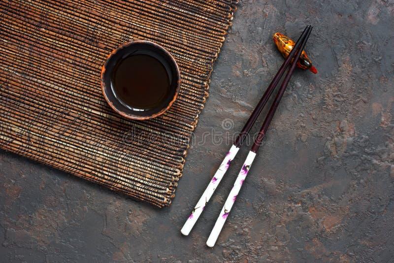 Chopsticks και κεραμικό κύπελλο στοκ εικόνα