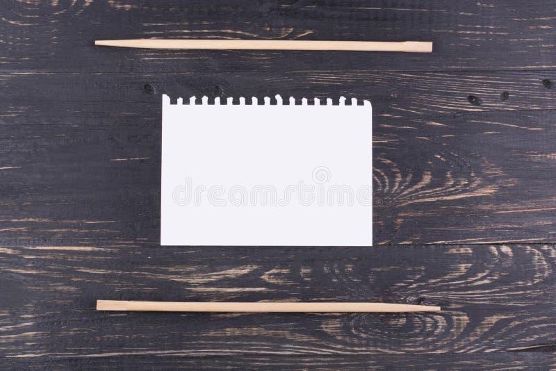 Chopsticks και φύλλο του εγγράφου στοκ φωτογραφία