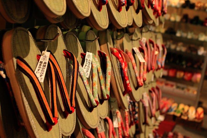 chopsticks κύπελλων η καλλιέργεια απομόνωσε το ιαπωνικό katana πέρα από το λευκό στοκ εικόνες