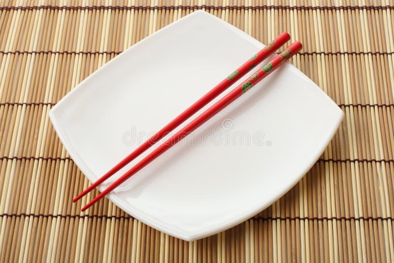 chopsticks μπαμπού κόκκινο λευκό π&eps στοκ εικόνες