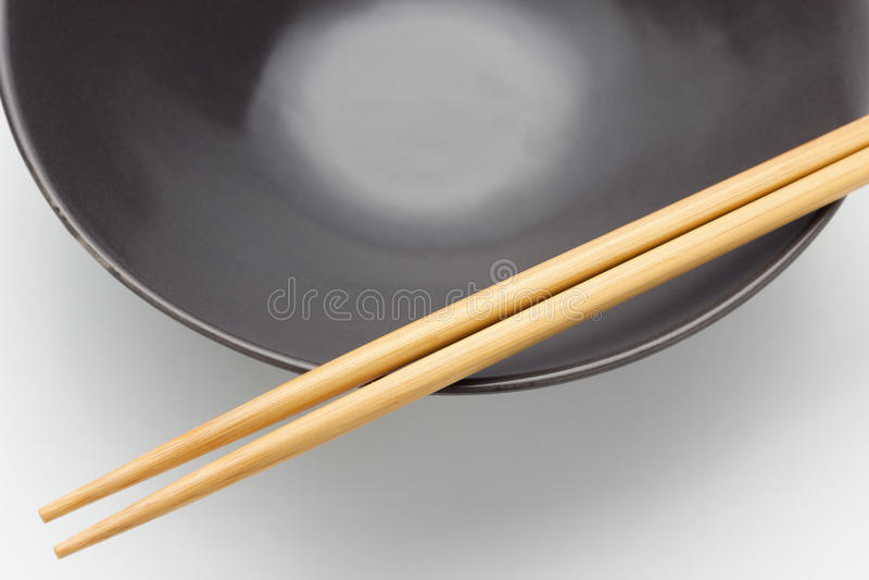 Chopsticks σε ένα κύπελλο στοκ εικόνες με δικαίωμα ελεύθερης χρήσης