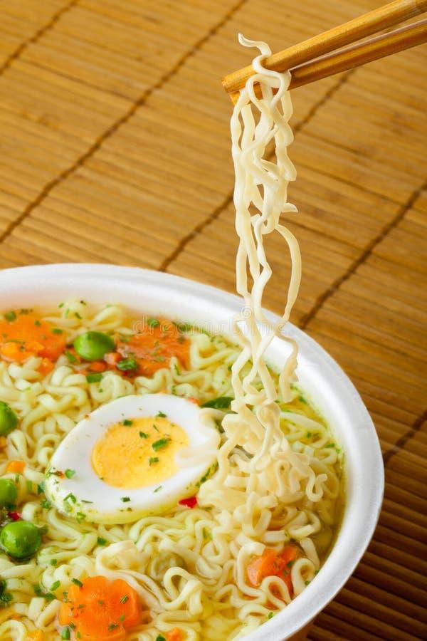 chopsticks στιγμιαία noodles στοκ φωτογραφία με δικαίωμα ελεύθερης χρήσης