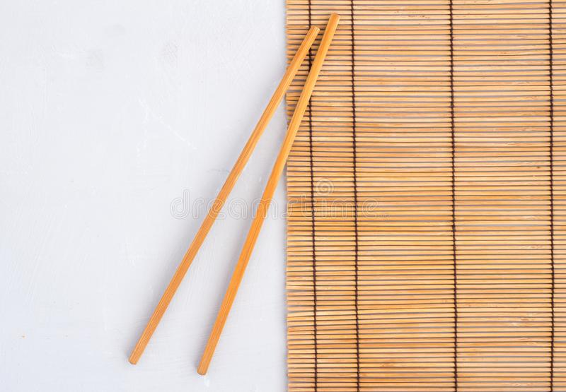 Chopsticks στο χαλί καλάμων - τοπ φωτογραφία άποψης με το διάστημα για το κείμενο στοκ εικόνα με δικαίωμα ελεύθερης χρήσης