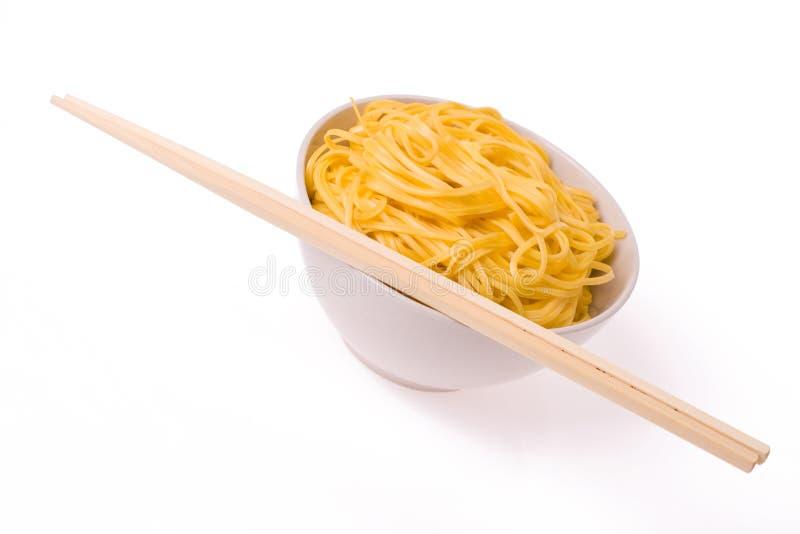 Chopsticks, bacia e macarronetes imagem de stock royalty free