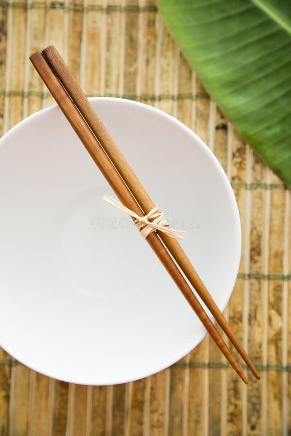 Chopsticks em uma bacia vazia imagem de stock royalty free