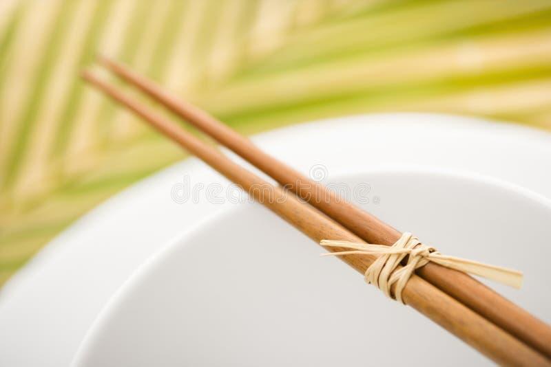Chopsticks em uma bacia vazia fotografia de stock