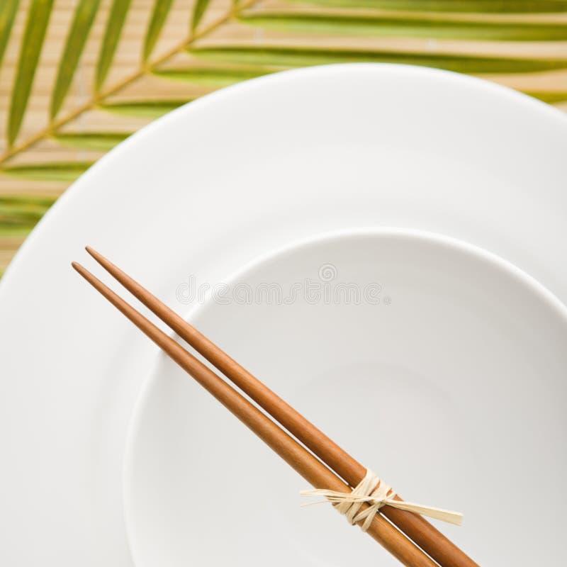 Chopsticks em uma bacia vazia foto de stock