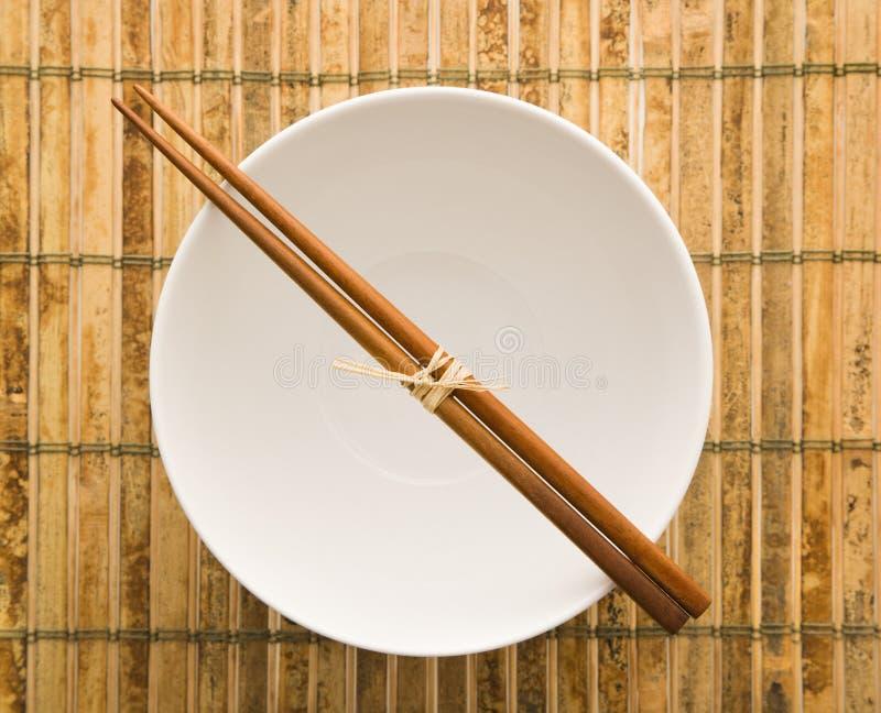 Chopsticks em uma bacia vazia fotos de stock