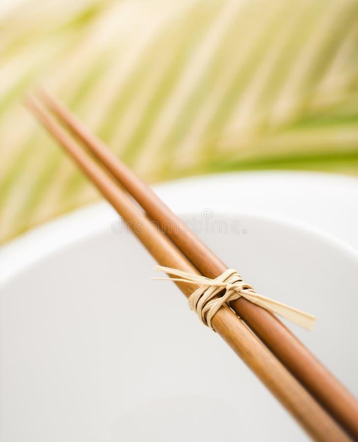 Chopsticks em uma bacia vazia fotos de stock royalty free