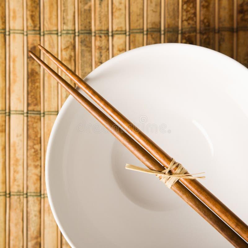 Chopsticks em uma bacia vazia foto de stock royalty free