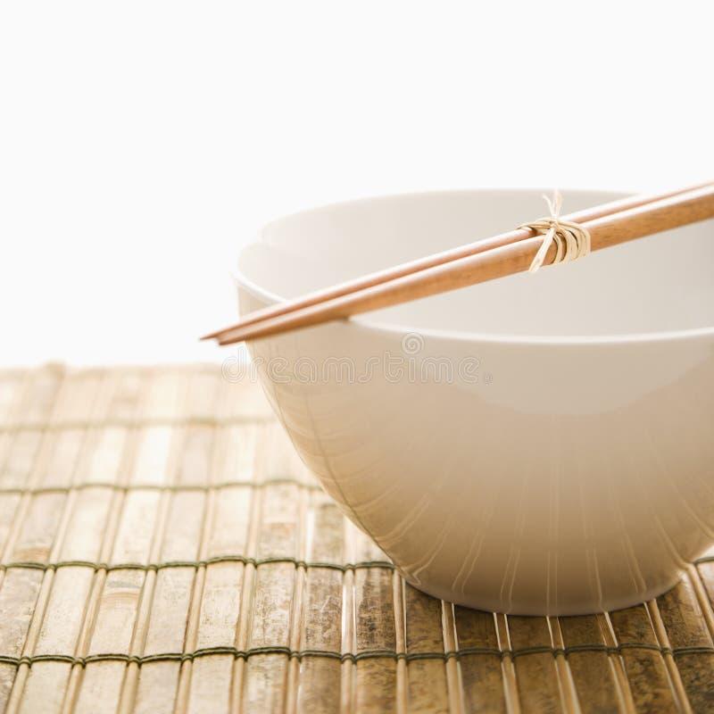 Chopsticks em uma bacia vazia. Isolado foto de stock royalty free