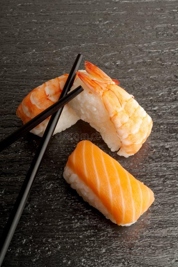 Download Chopsticks mieszanki suszi zdjęcie stock. Obraz złożonej z japonia - 13335726