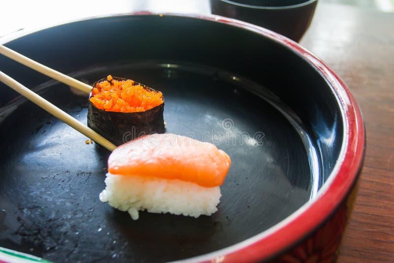 Chopsticks są nękań jajek krewetkowym suszi pole żywności, makrel surowego japoński styl trzy obrazy royalty free