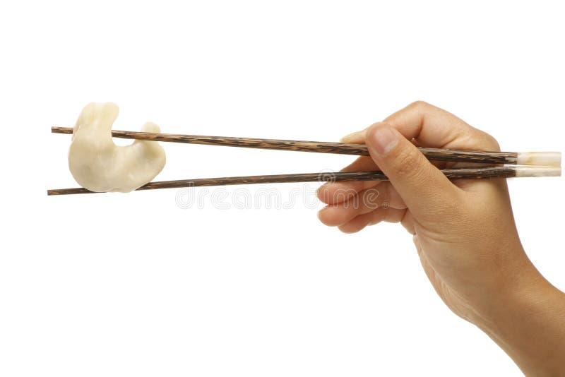 Chopsticks trzyma chińskiego kluchy warzywa smak zdjęcie royalty free
