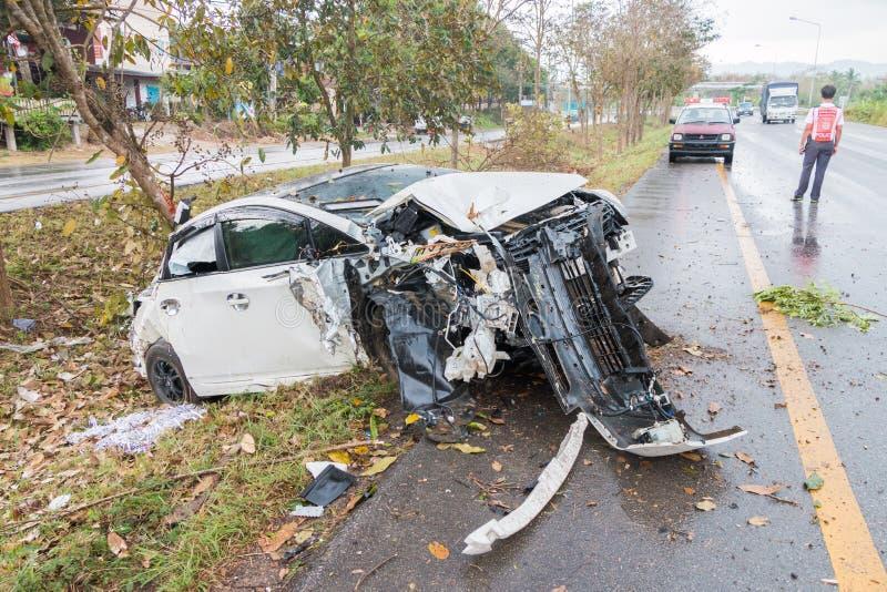 Choque de coche del accidente con el árbol foto de archivo libre de regalías