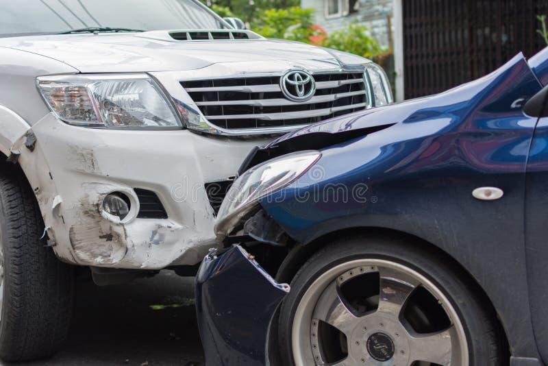Choque de coche del accidente de tráfico en el camino foto de archivo