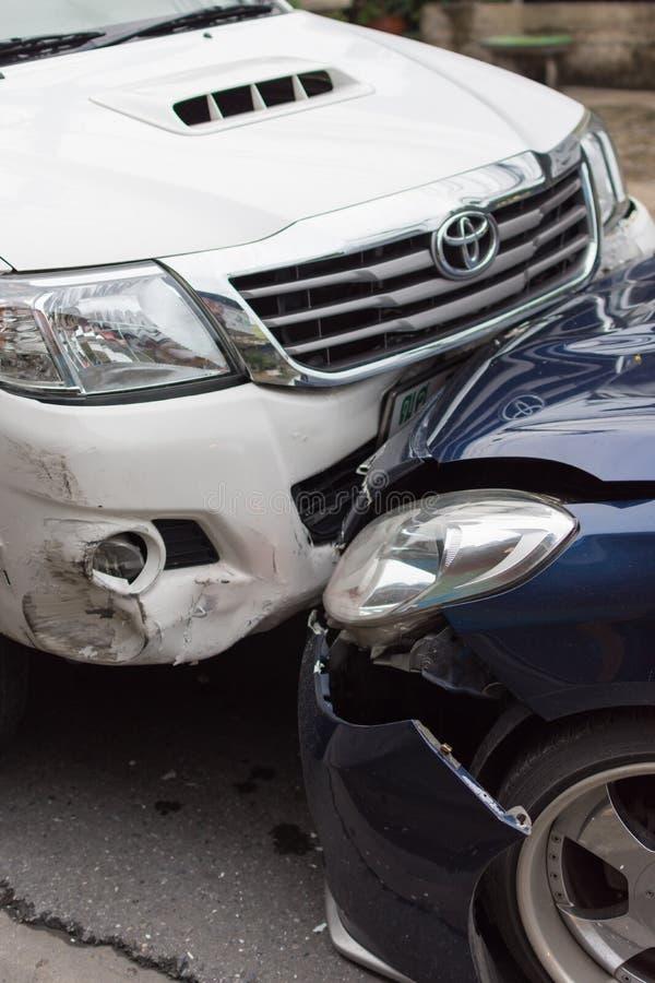 Choque de coche del accidente de tráfico en el camino fotografía de archivo libre de regalías