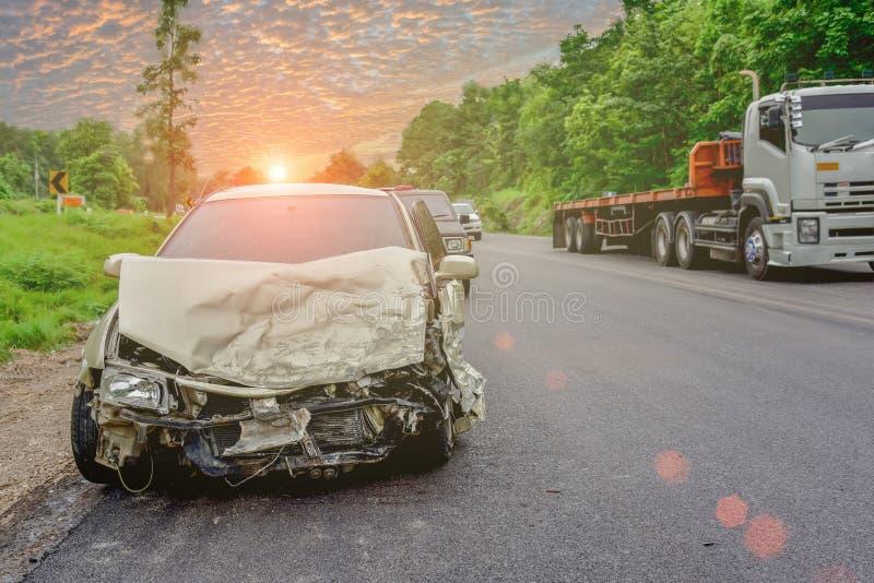 Choque de coche en el camino foto de archivo