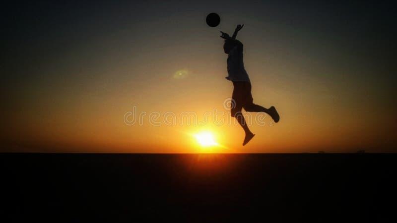 Choque de salto que juega a fútbol imagen de archivo