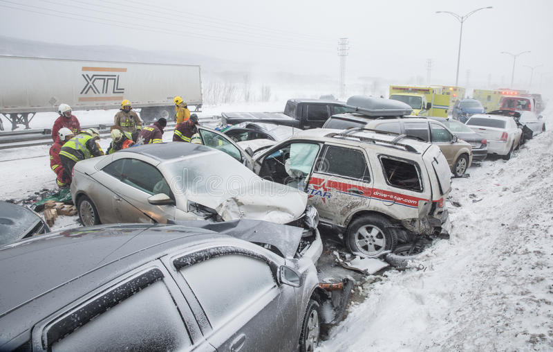 Choque múltiple - desplome multi en el camino con la tormenta de la nieve imágenes de archivo libres de regalías