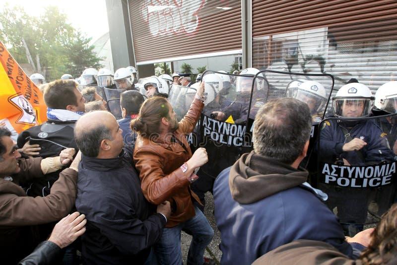Choque municipal de los trabajadores con policía antidisturbios foto de archivo libre de regalías