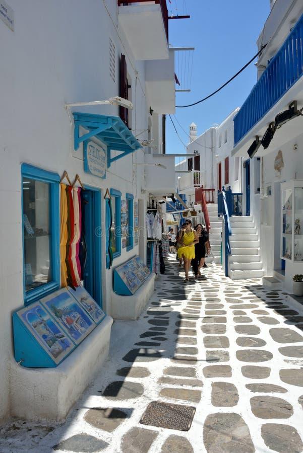 Chora街道视图与典型的白色建筑学的与两名妇女走 免版税图库摄影