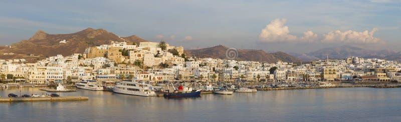 Chora - панорама городка Chora (Hora) на острове Naxos на свете вечера в Эгейском море стоковые фото