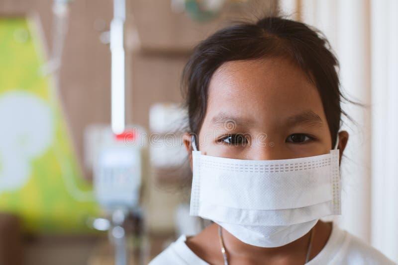 Chora azjatykcia małe dziecko dziewczyny odzieży ochrony maska zdjęcia royalty free