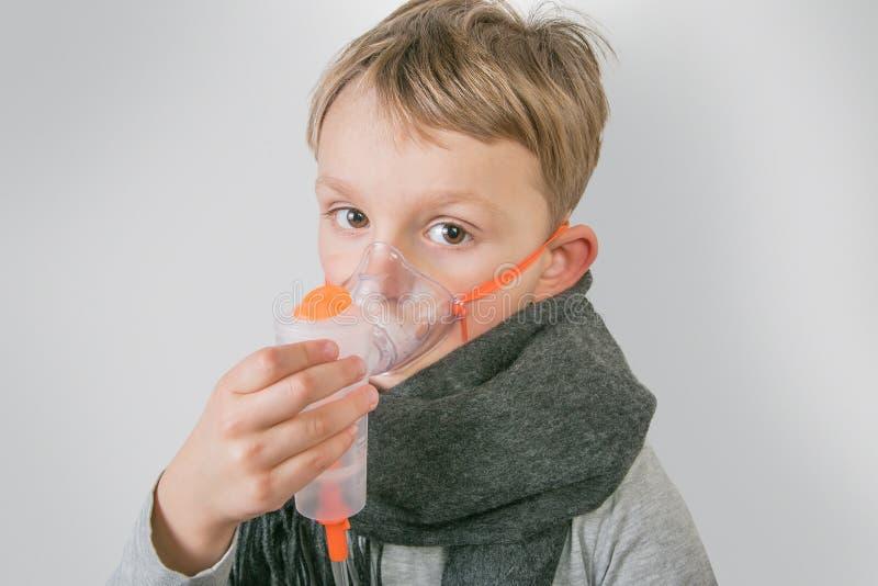 Chora chłopiec robi inhalacji obraz royalty free