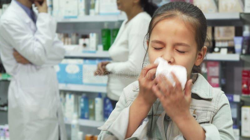 Chora dziewczyna kicha i patrzeje bardzo zmęczoną zdjęcie stock