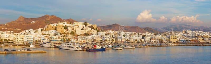 CHORA, GRÈCE - 7 OCTOBRE 2015 : Le panorama de la ville Chora Hora sur l'île de Naxos à la lumière de soirée en mer Égée photographie stock