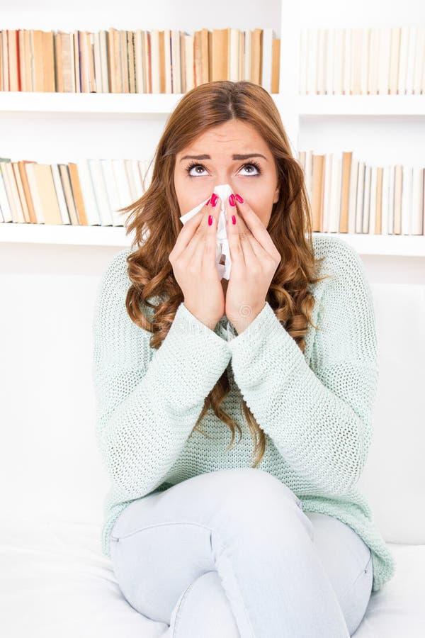 Chora kobieta łapał zimnego dmuchanie w chusteczkę jej nos obraz royalty free