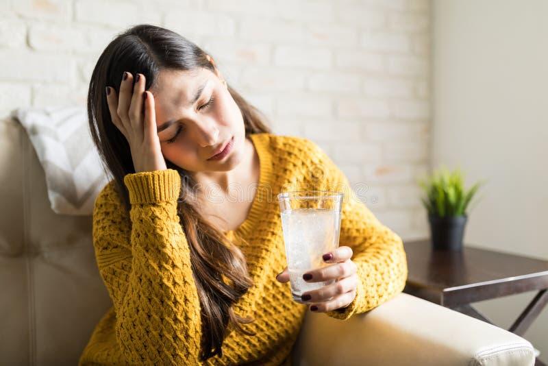 Chora kobieta Bierze środek ostrożności Dla Surowej migreny zdjęcia stock