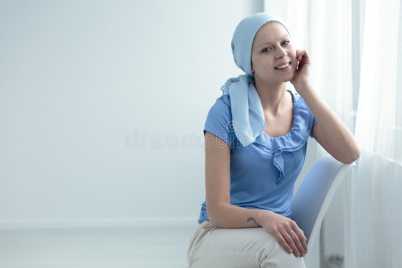 Chora kobieta ono uśmiecha się z nadzieją zdjęcie royalty free