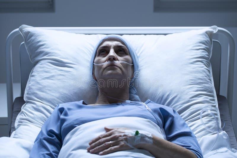 Chora kobieta w łóżku szpitalnym fotografia stock