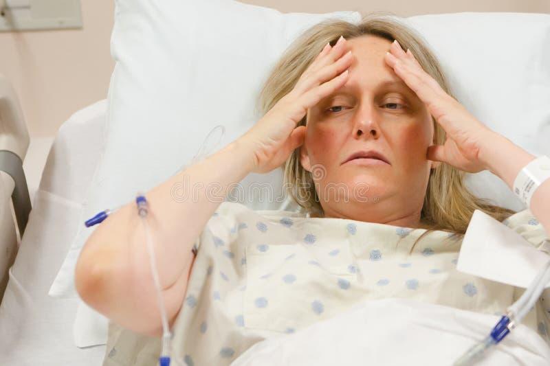 Chora kobieta w szpitalu obraz royalty free