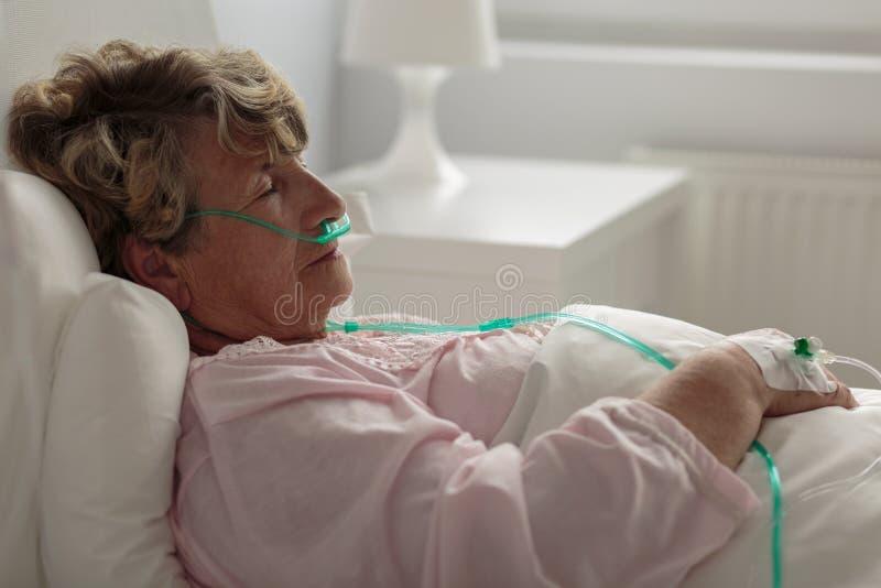 Chora kobieta z nosowym cannula fotografia stock