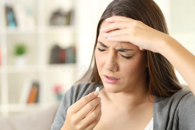 Chora kobiety cierpienia migrena bierze pigułkę zdjęcie royalty free