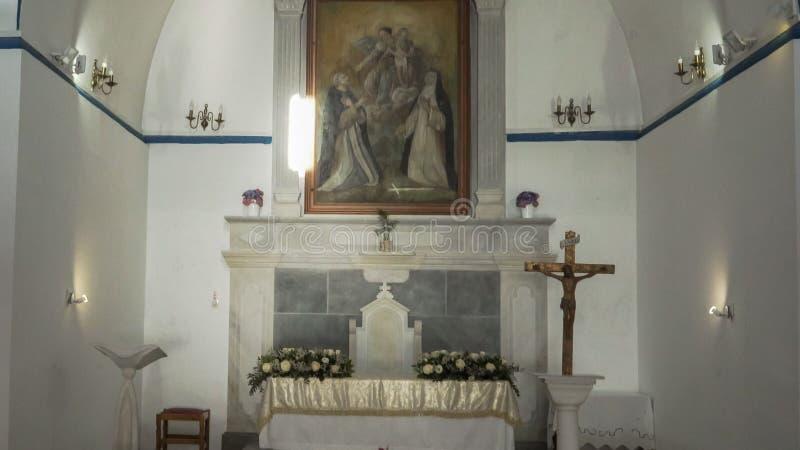 CHORA, MYKONOS, GRÈCE SEPTEMBRE, 13,2016 : étroitement de l'intérieur d'une église catholique sur des mykonos image libre de droits