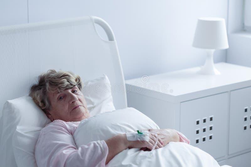 Chora stara kobieta zdjęcia stock